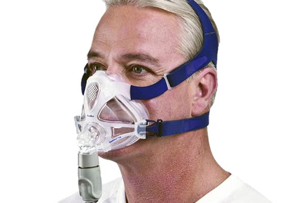 someone with a full face cpap mask